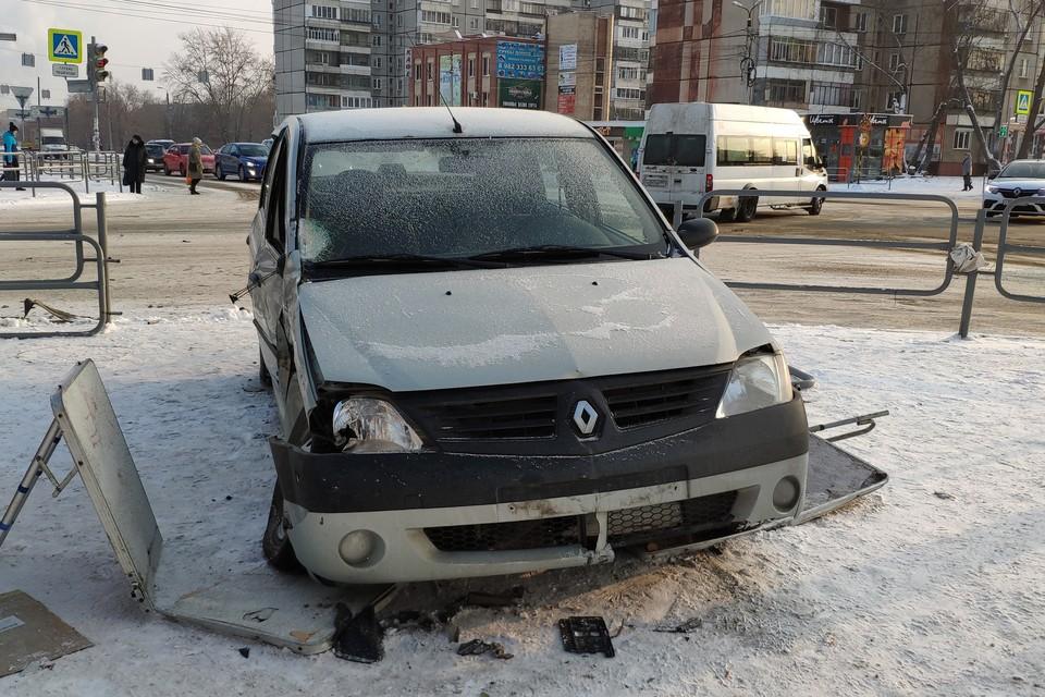 После столкновения с другой иномаркой легковушку отбросило на тротуар.