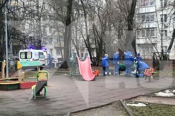 В Москве медики полчаса реанимировали девятилетнего мальчика, которого брат ударил палкой на детской площадке
