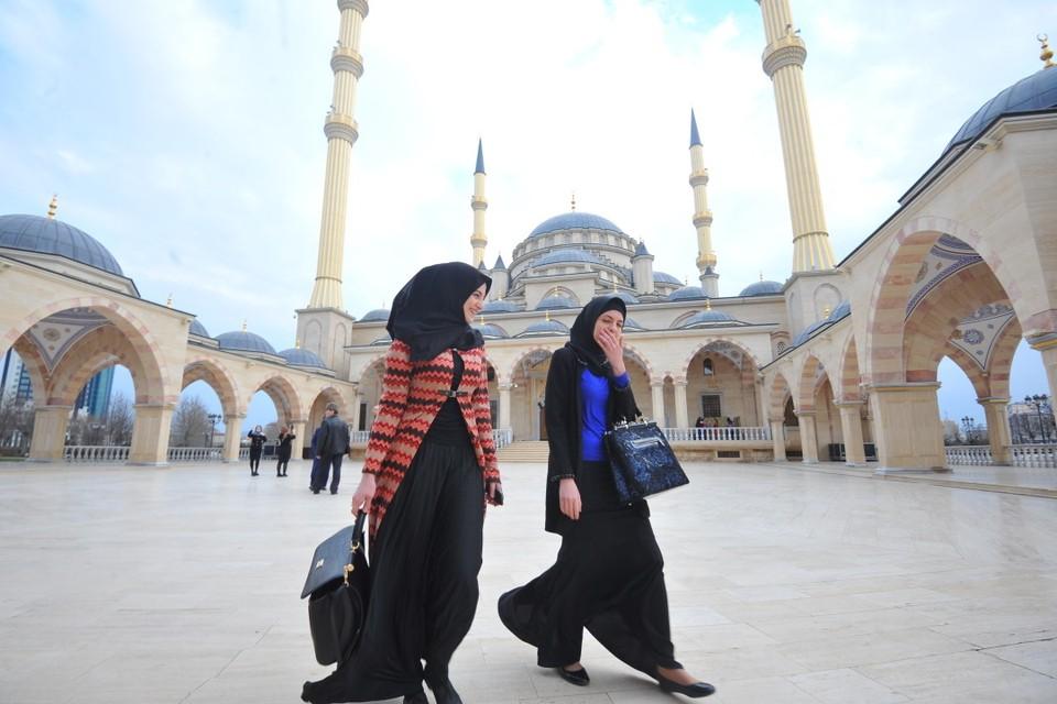 В Чечне «слишком закрытых» девушек отчитали и заставили снять лишнее