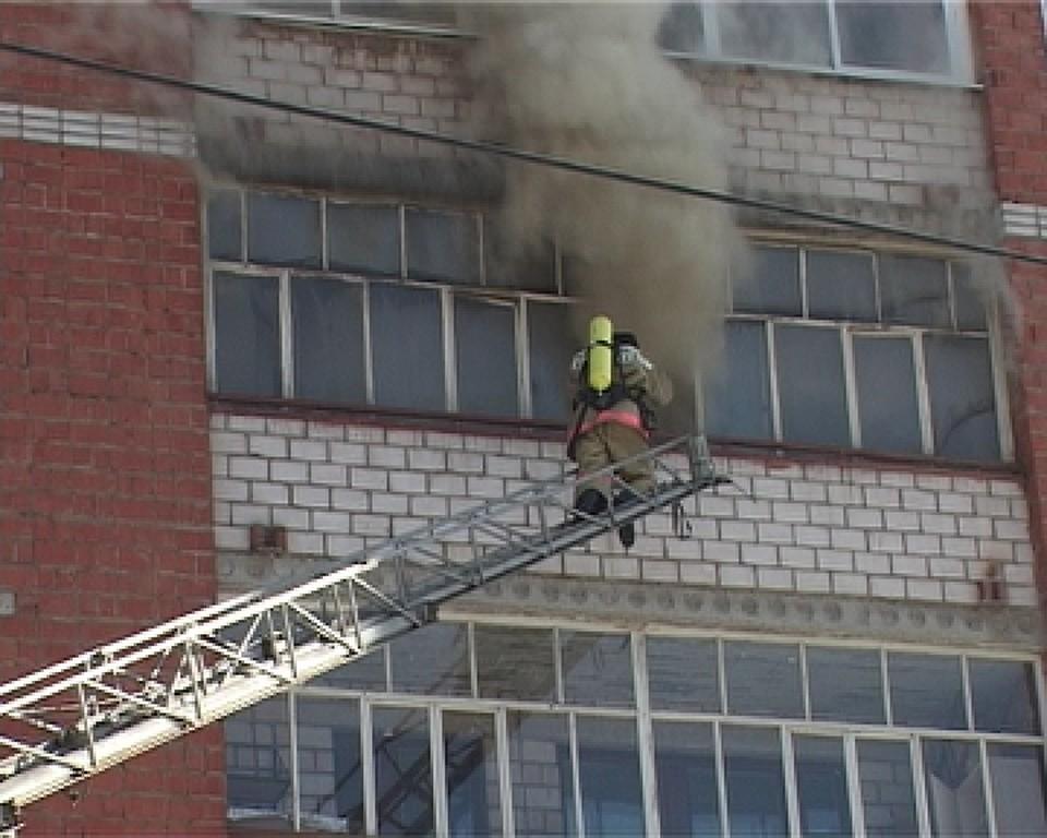 Поругался с девушкой и устроил пожар: в одной из многоэтажек Ижевска сгорела квартира