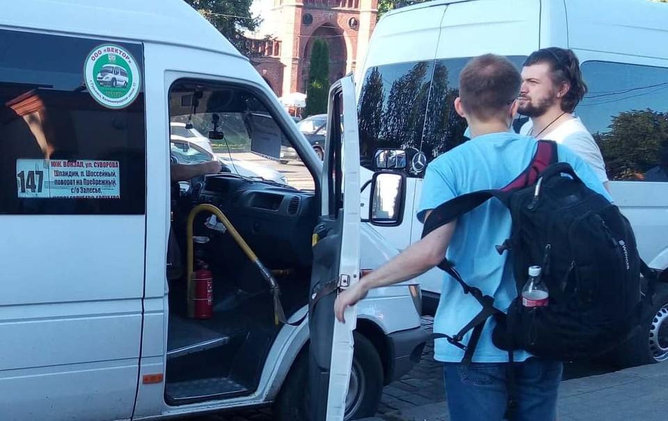 Этот микроавтобус готов отвезти вас в Шпандин. Попробуйте найти это место на карте города.