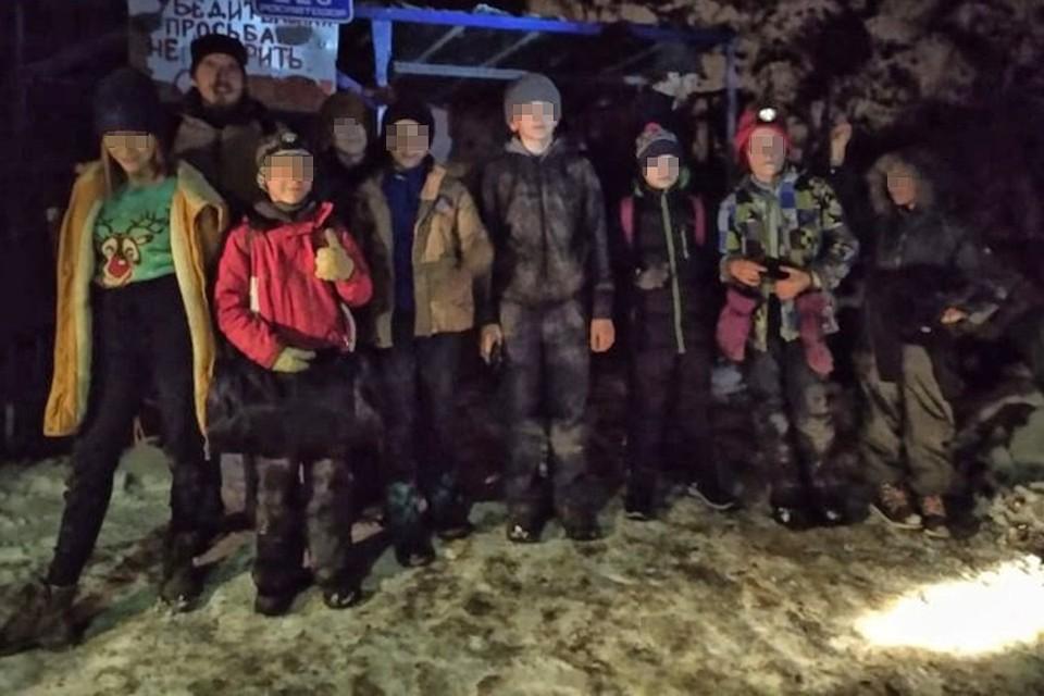 Оставшись без инструктора, дети старались не паниковать. В итоге, все они благополучно выбрались наружу, благодаря помощи спасателей. Фото: МЧС