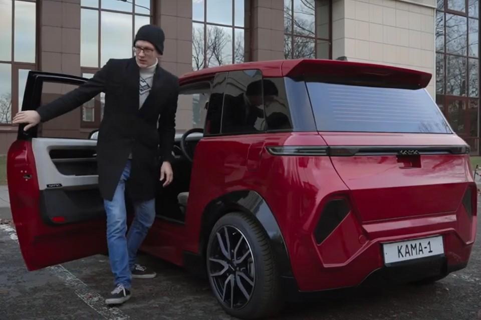 Блогер AcademeG протестировал созданный в Петербурге электромобиль. Фото: кадр с видео youtube.com/AcademeG