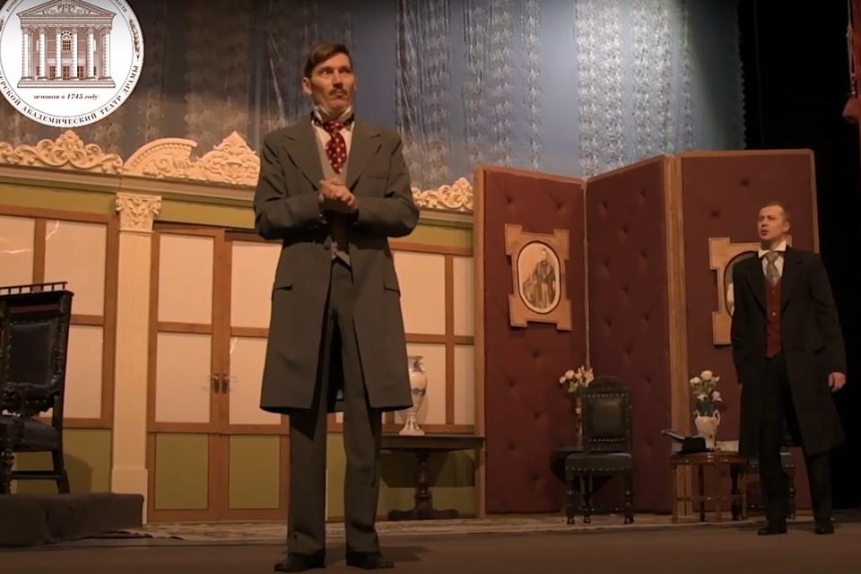 В Тверском театре драмы репетируют новую версию комедии «Женитьба Белугина» по Островскому. Фото: принтскрин видео с ютуб-канала театра.