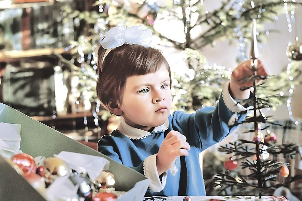 Украшение елки - одно из самых волнующих событий для детей уже много лет. Фото: Валерий ШУСТОВ/РИА новости