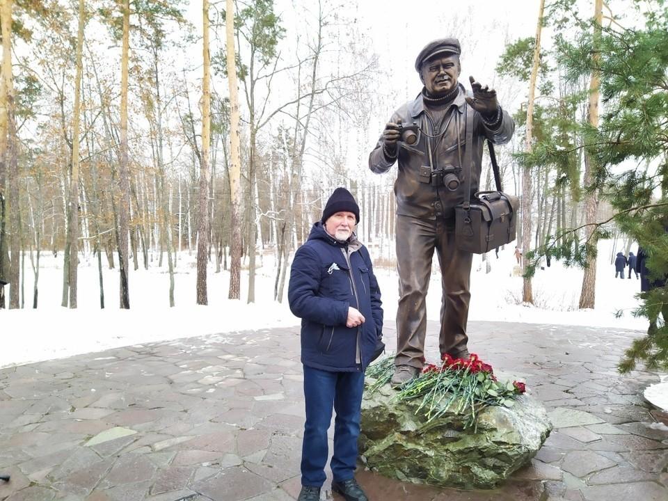 Скульптор Александр Козинин рядом со своим творением - памятником Василию Пескову.