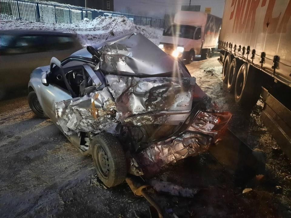 Легковушка получила сильные повреждения при столкновении с грузовиком