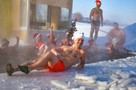 «Когда примерзают плавки»: новосибирские моржи искупались в новогодней проруби в сильный мороз