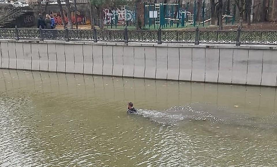 В центре Симферополя мужчина купался в Салгире. Фото: Черный список Симферополь / ВКонтакте