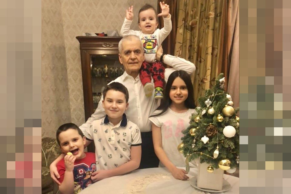 Геннадий Онищенко с внуками.