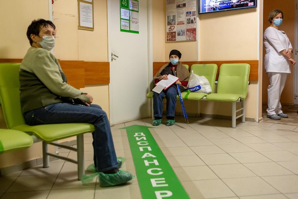 В поликлинике №102 Приморского района от коронавируса начали прививать пациентов старше 60 лет.