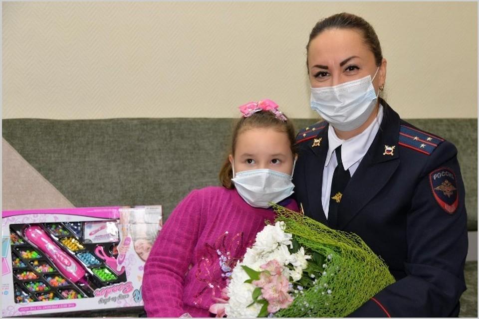 Полицейский психолог Марина Горчукова спасла раненую в ДТП девочку, потерявшую мама. Фото: пресс-служба МВД по РХ.