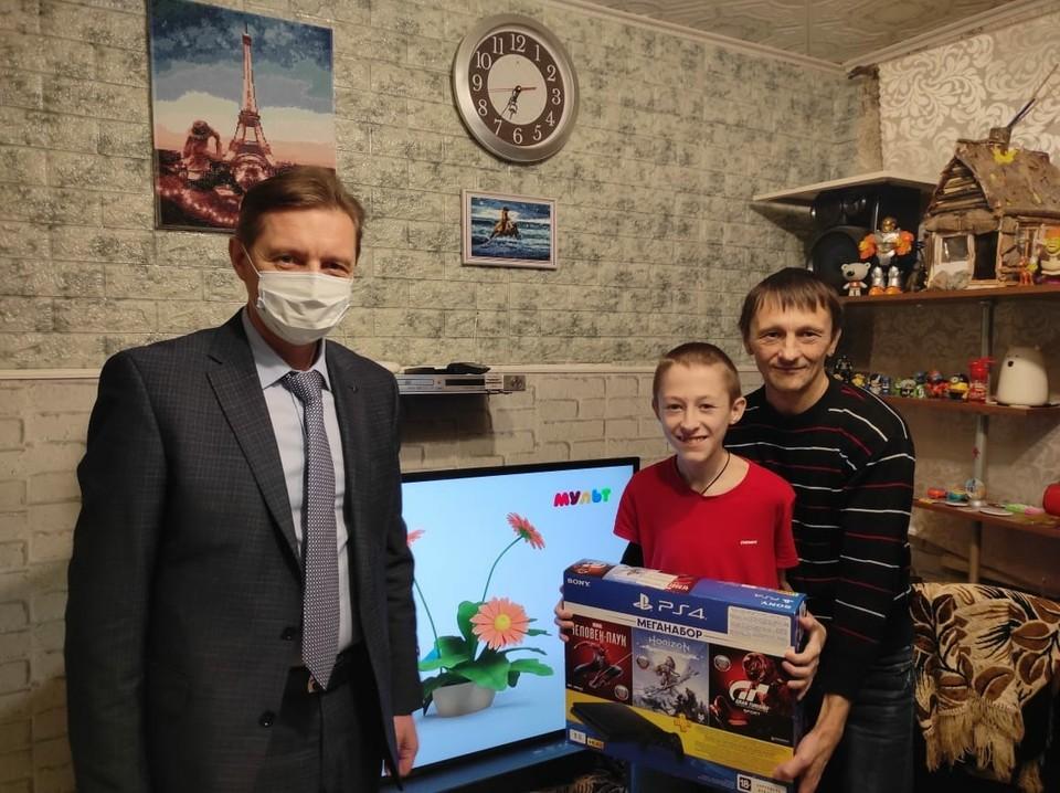 Мальчик получил в канун праздника телевизор и игровую приставку.