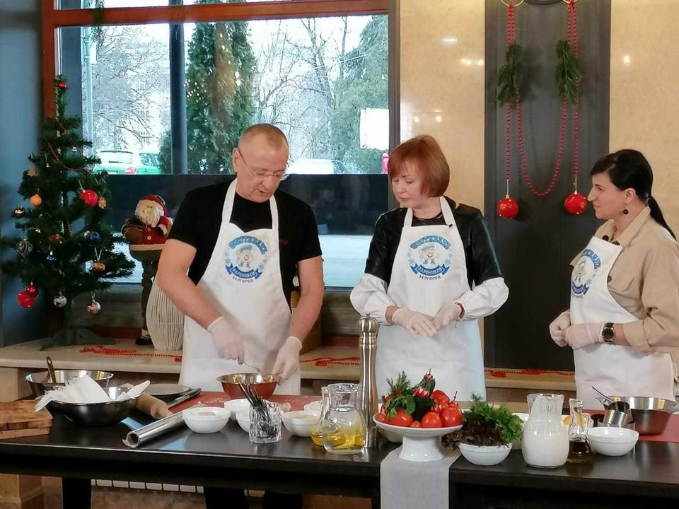 Мэр Белгорода готовил вареники по собственному рецепту. Фото со страницы мэра Белгорода Юрия Галдуна ВКонтакте