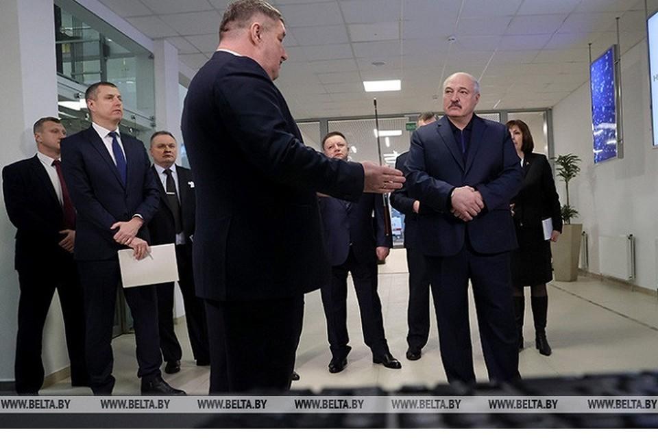 На «Горизонте» Лукашенко рассказали, как работает предприятие, и куда сбывается продукция. Фото: БелТА.