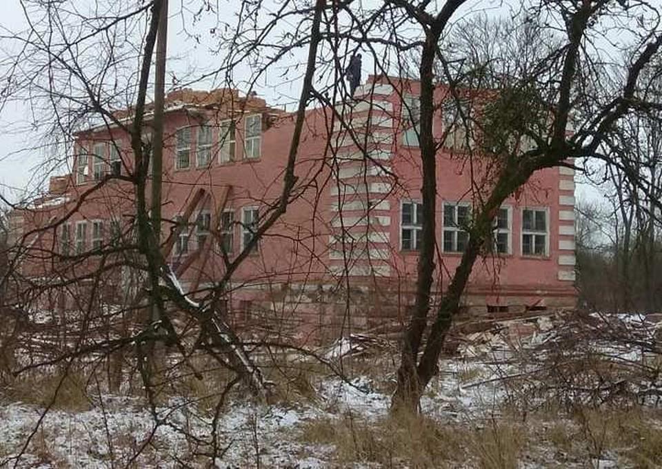 Разборка на кирпич здания школы