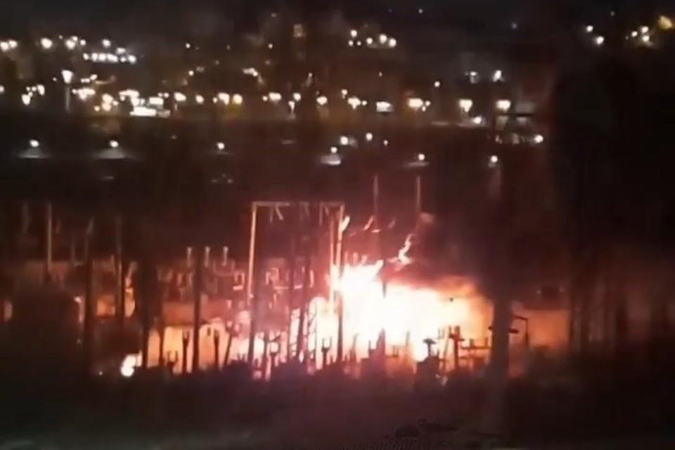 В социальных сетях рано утром 8 января появились фото и видео с пожаром на улице Нефтеветка во Владивостоке. Скриншот видео: instagram.com/dps_vl