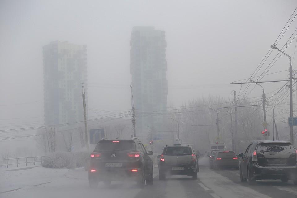 Из-за безветренной погоды город окутал смог