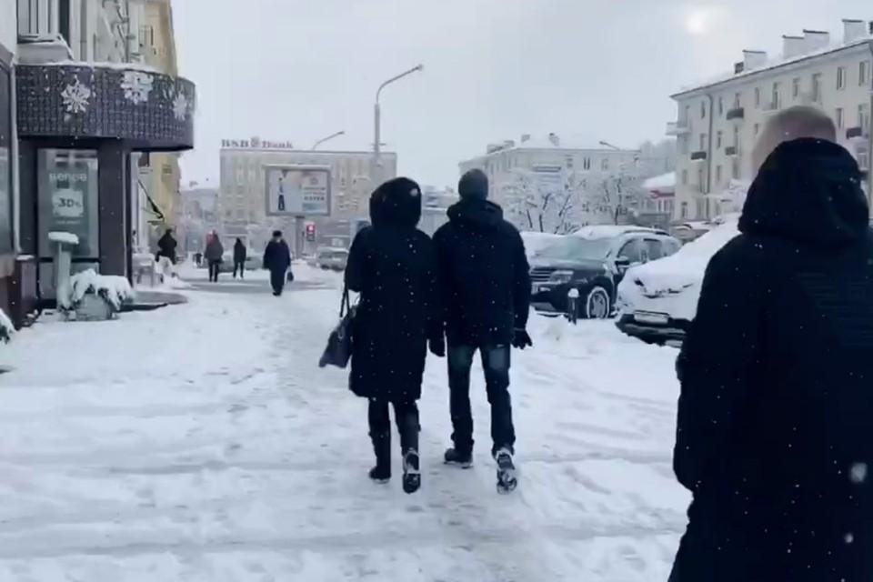 """Снегопад обрушился на Минск. Фото: скриншот видео """"Минск. Официально"""""""