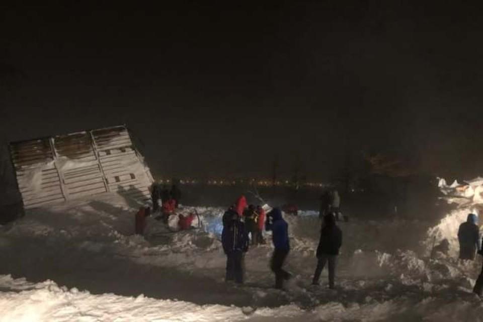 Спасатели работают на месте схода лавины. Фото: МЧС