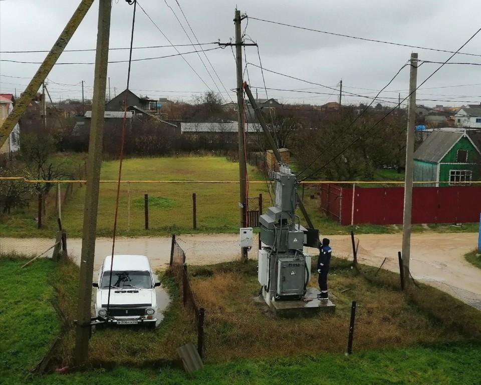 Энергетики ремонтируют электросети и трансформаторы.