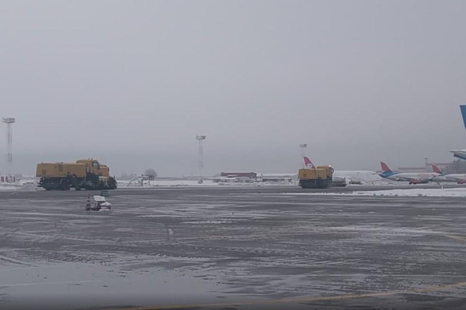 Снегопад в аэропорту Краснодара