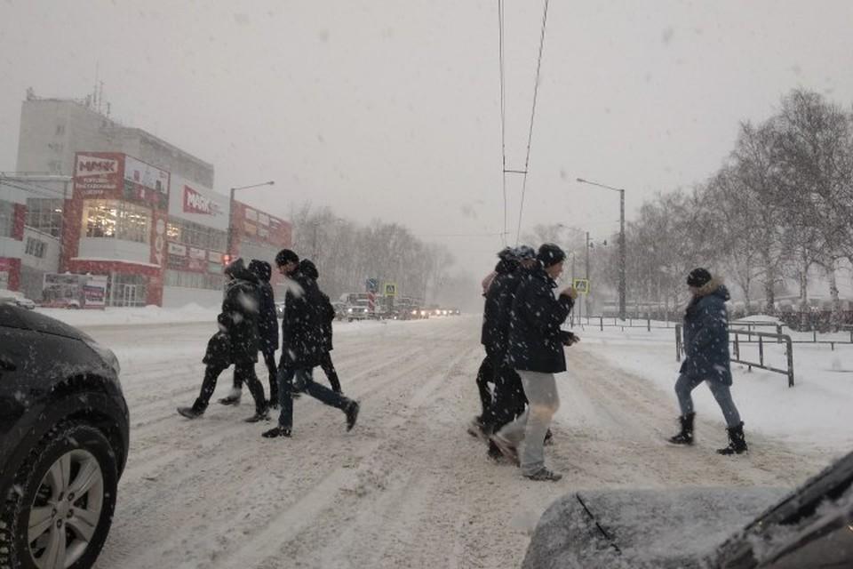 Кузбассовцев попросили никуда не ездить из-за морозов и снегопадов