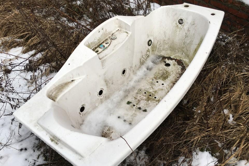 Зуевчане привязали ванну к машине и поехали кататься по райцентру.
