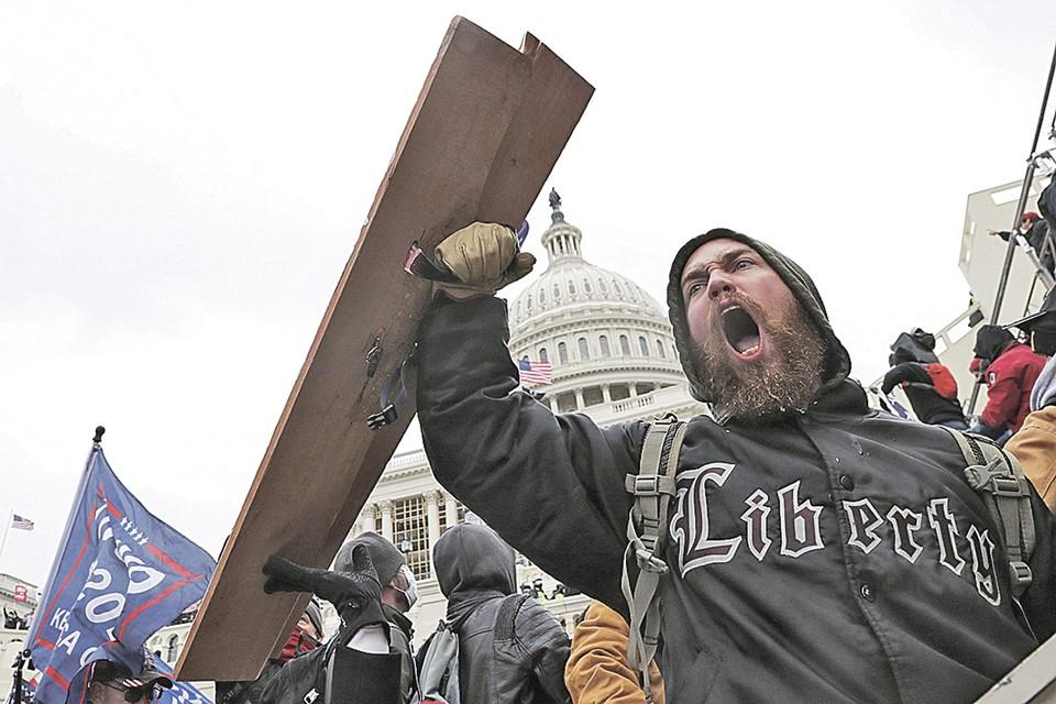Возможно, демонстрация на Капитолийском холме была только репетицией. ФБР ожидает протестов в день инаугурации нового президента. Фото: Leah Millis /REUTERS