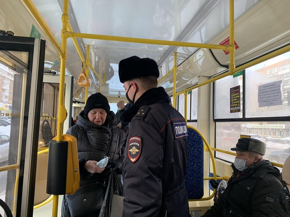 Полицейские проводят рейды на выявление нарушителей масочного режима в общественном транспорте Самары Фото: Администрация Самары