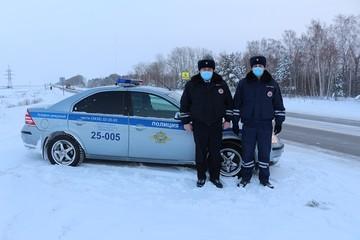 Сотрудники ГИБДД спасли в мороз на уральской трассе семью с 8-месячным ребенком