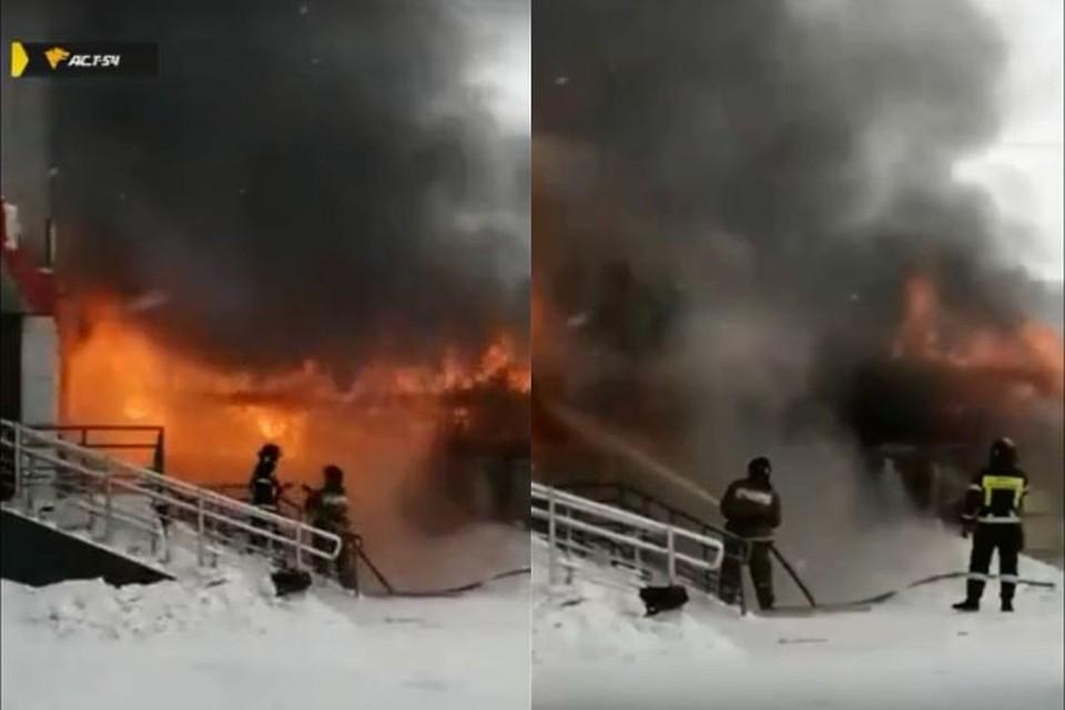 Тушить загоревшийся магазин уже прибыли пожарные. Фото: Кадр из видео
