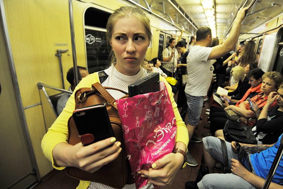 Не стоит носить рюкзаки и сумки за спиной. Лучше всего снять их с плеча и держать перед собой