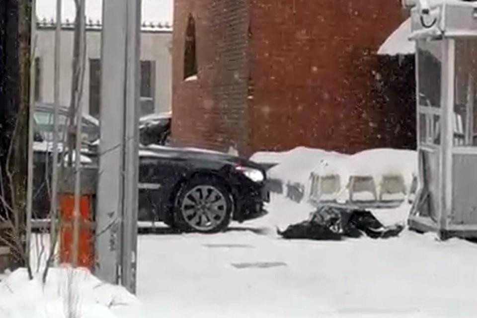 Машина BMW начала произвольное движение на улице Житная и задавила своего водителя