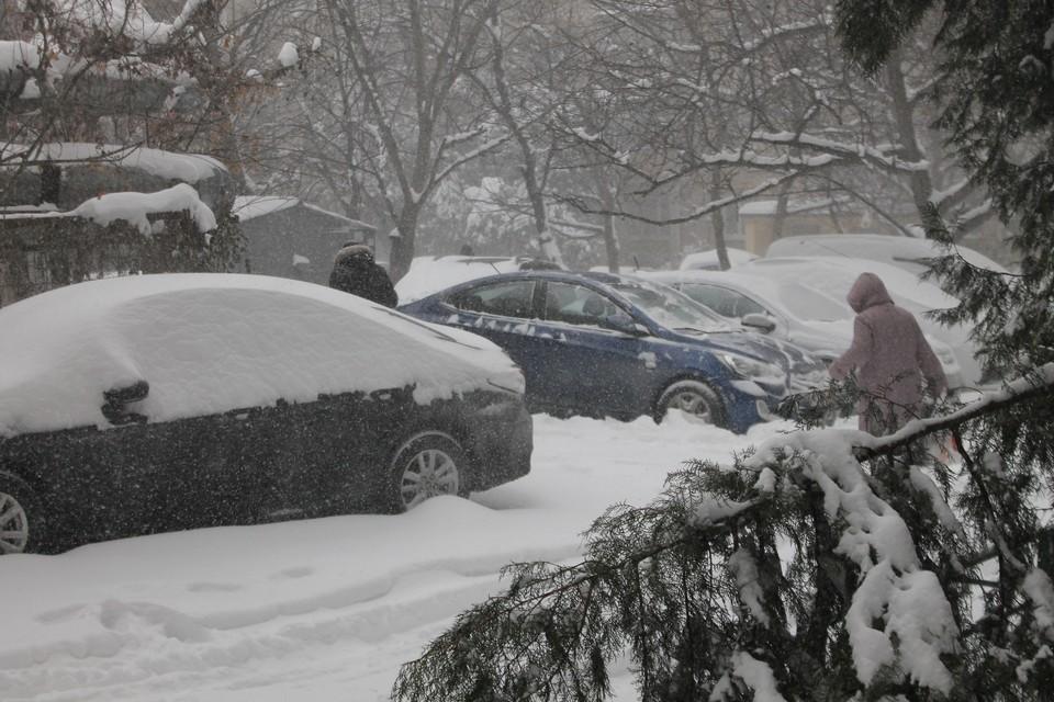 Водителям долго придется откапывать свои машины у дома.