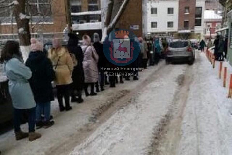 "Девушки долго стояли на морозе, но никто не уходил. Фото: паблик ""Нижний Новгород без цензуры"""