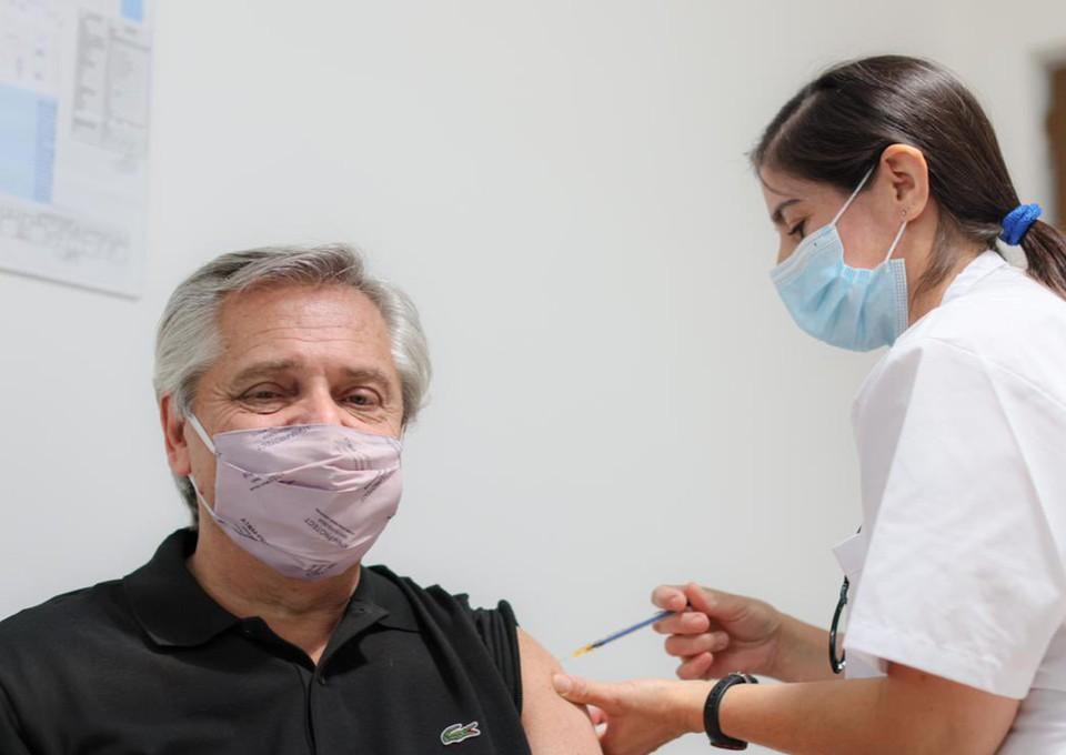 """Президент Аргентины привился российской вакциной """"Спутником V"""". Фото: Twitter/@alferdez."""
