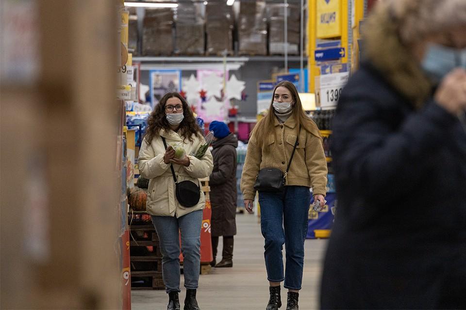 """До сих пор находятся те, кто """"забывает"""" о масках или носит их лишь формально."""