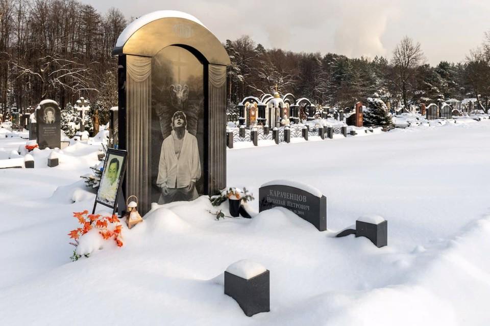 Черный гранит, актер стоит на коленях: как выглядит могила умершего от рака Николая Караченцова