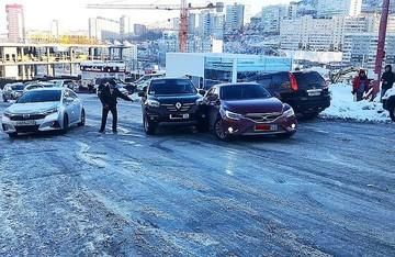 Первые жертвы гололеда во Владивостоке: массовые ДТП и хаос на дорогах
