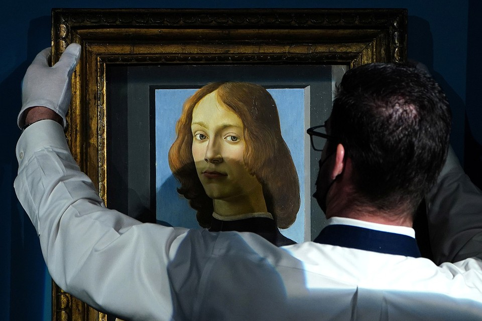 Картина Ботичелли перед продажей на аукционном доме Sotheby's.