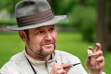 Пушкин - на рисовом зернышке, Матвиенко - на жемчужине: Как петербургский Левша создает миниатюрные шедевры