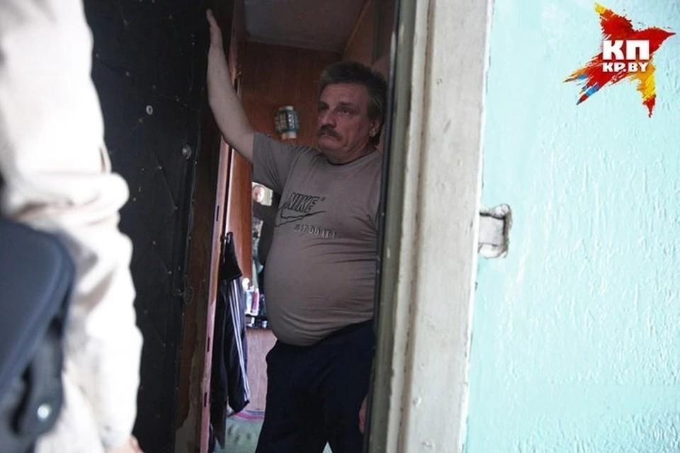 Прежде чем открыть дверь незнакомому человеку, который представился сотрудником госоргана, попросите представиться и показать удостоверение