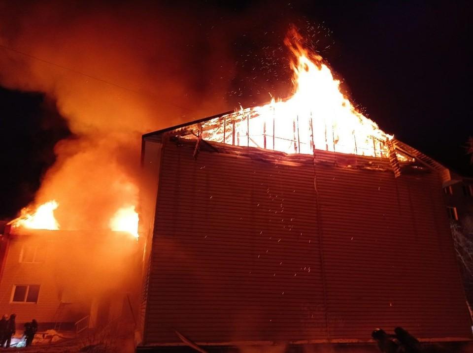 В Кандалакше сгорел двухэтажный жилой дом. Фото: МЧС России по Мурманской области