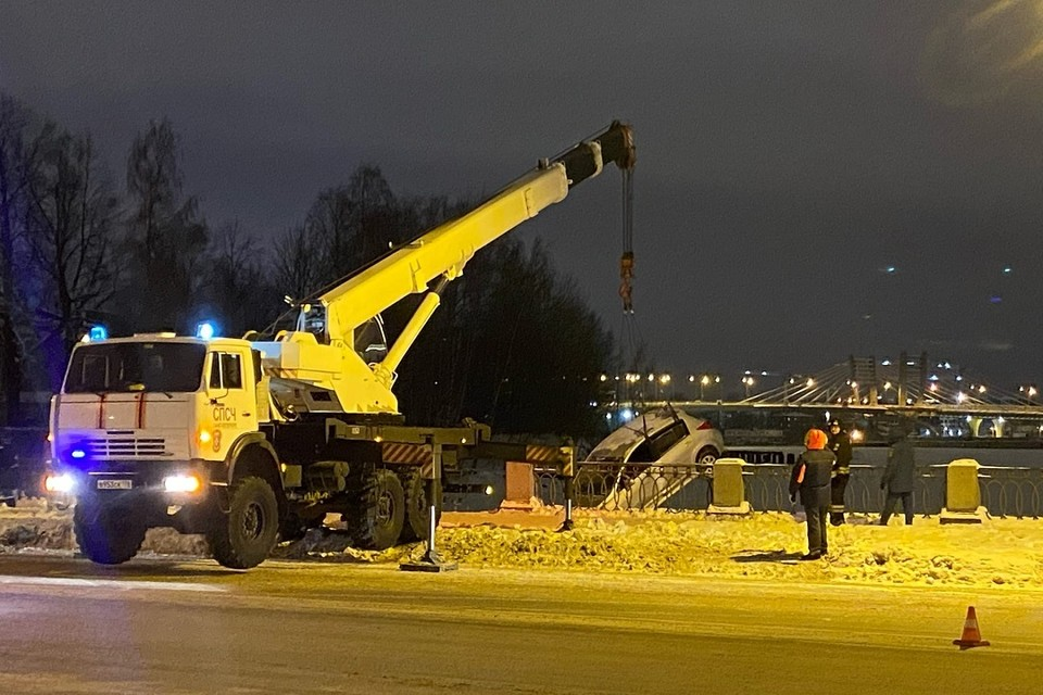 В Петербурге иномарка свалилась в Неву. Фото: vk.com/sdelai_raion_luchshe
