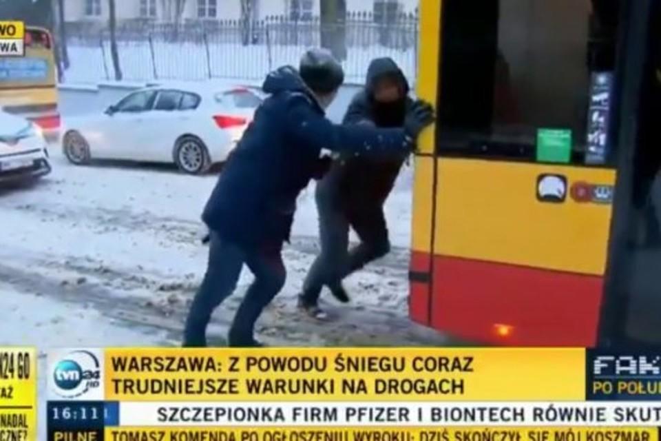 В Варшаве белорус в одиночку вытолкал буксующий автобус. Фото: the-warsaw.com