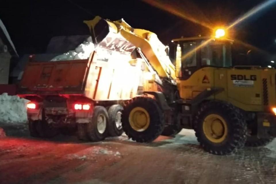 Уборка снега начинается ежедневно с 20.00. Фото: admkirov.ru
