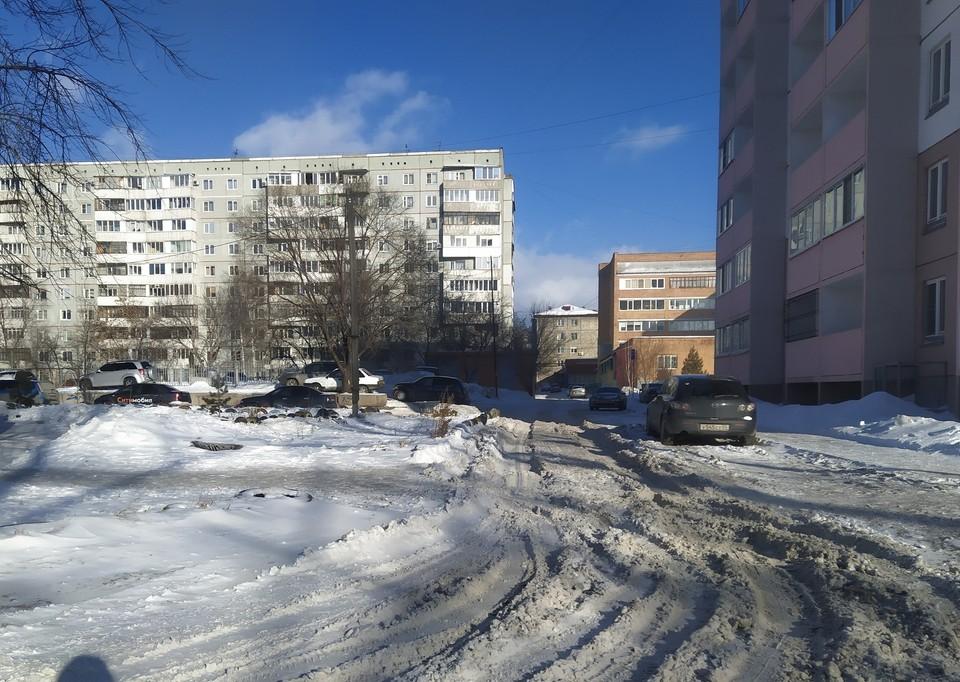 Снежная каша на межквартальный проездах этой зимой в Омске - дело привычное.