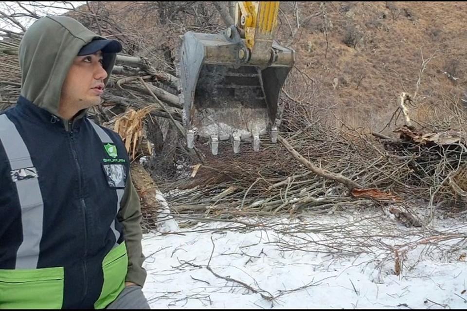 Экозащитник Тимур Елеусизов на месте незаконного спила деревьев в ущелье Аюсай.