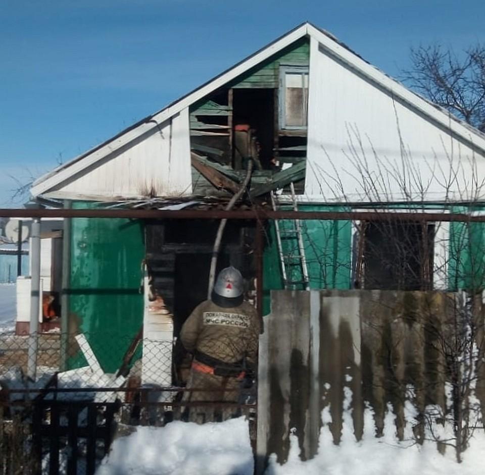 Орловские пожарные потушили горящий дом и хозпостройку